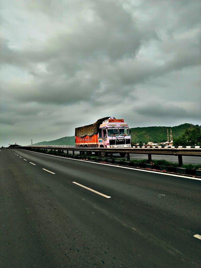 高速公路季风点击的卡车恋人 免版税库存图片