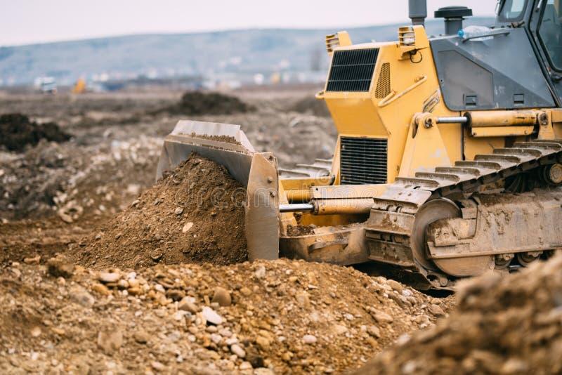 高速公路建造场所关闭与工业机械、挖掘机和推土机工作 免版税库存图片