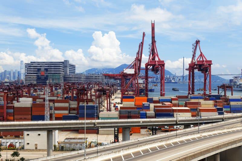 高速公路桥梁和卡车运输集装箱 库存图片