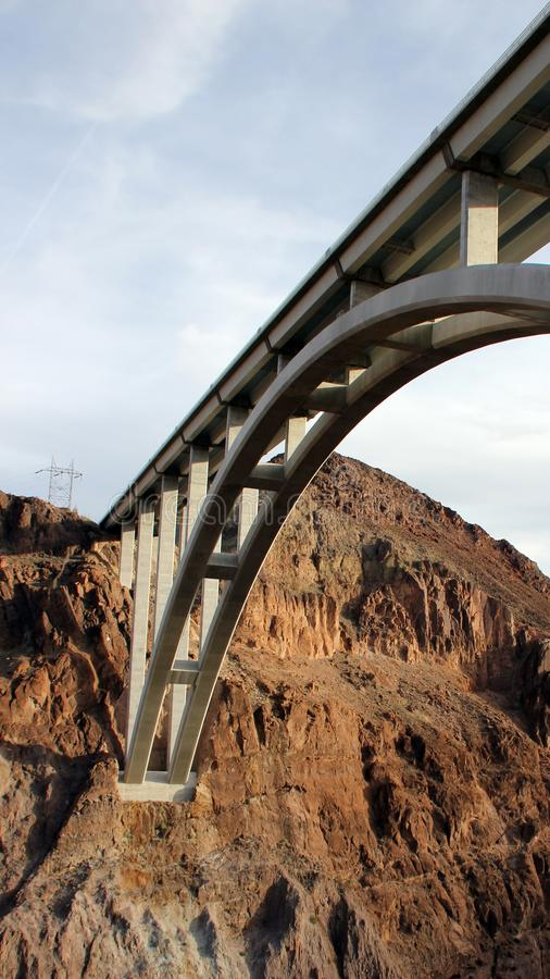 高速公路桥梁,内华达,美国下面视图在胡佛水坝的 图库摄影
