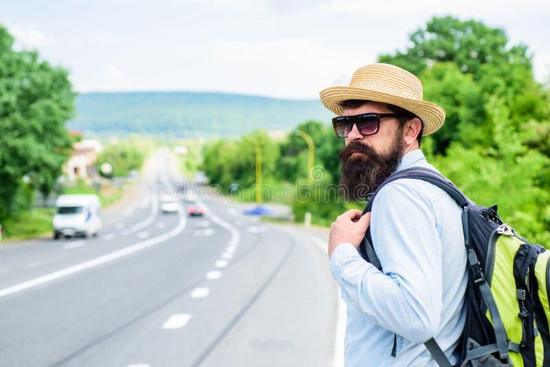 高速公路等待运输边缘的人  单独旅行 搭车意味被获取的运输要求陌生人乘驾 库存图片