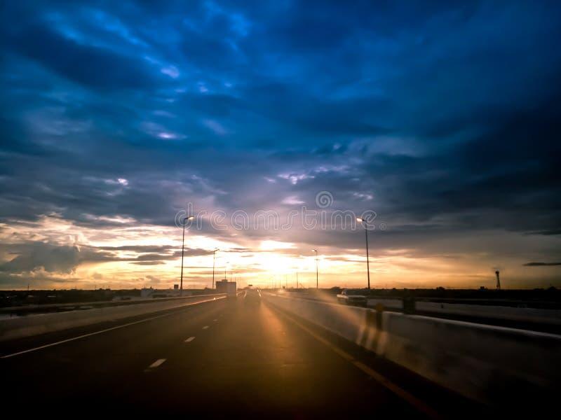 高速公路路,运输旅行概念 在有日出天空的沥青高速公路上 库存图片