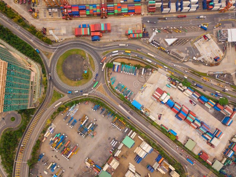 高速公路连接点鸟瞰图与环形交通枢纽和容器的 桥梁路塑造在结构的圈子在后勤运输 免版税图库摄影