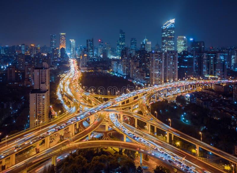 高速公路连接点鸟瞰图在晚上塑造信件x十字架 桥梁、路或者街道在连接或运输概念 库存图片