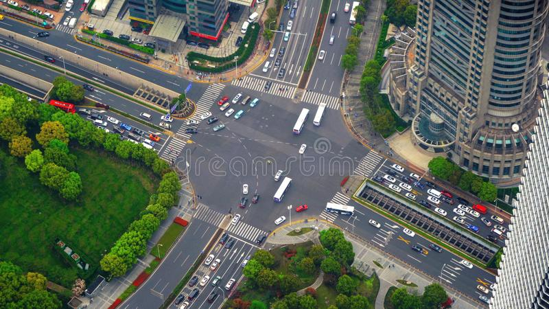 高速公路连接点鸟瞰图塑造信件x十字架 桥梁、路或者街道在运输概念 结构塑造  库存图片