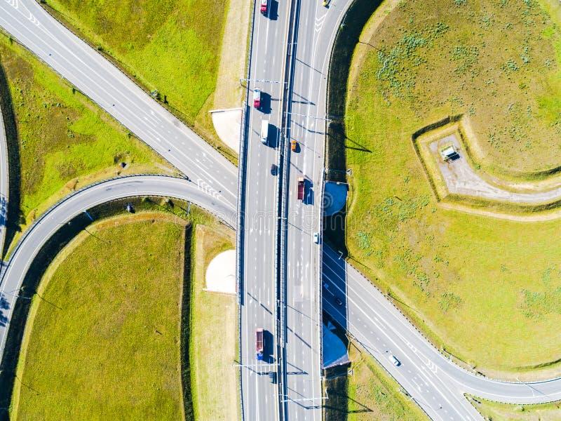 高速公路鸟瞰图在城市 横渡互换天桥的汽车 与交通的高速公路互换 空中鸟` s眼睛照片  免版税库存图片
