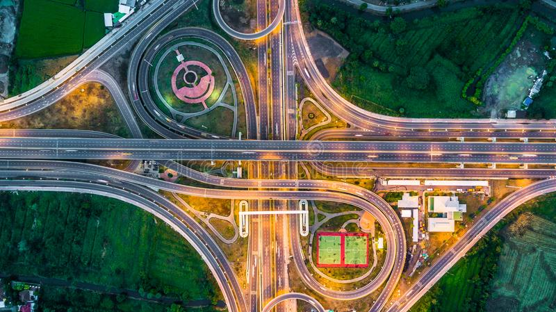高速公路,高速公路,机动车路,通行费方式在晚上,鸟瞰图  免版税库存照片