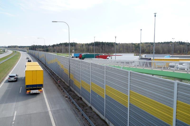 高速公路 保护居民以防止噪声gen的音响墙壁 免版税图库摄影