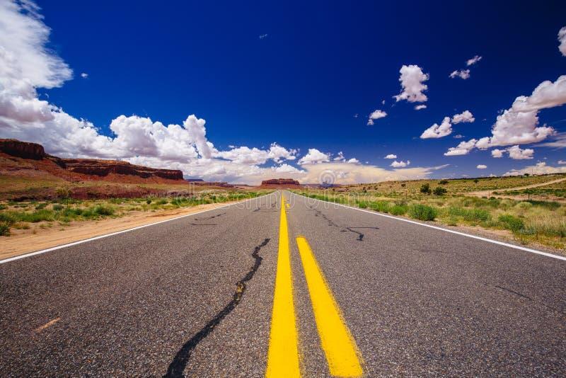 高速公路163,一条不尽的路, Agathla峰顶,亚利桑那,美国 免版税库存图片
