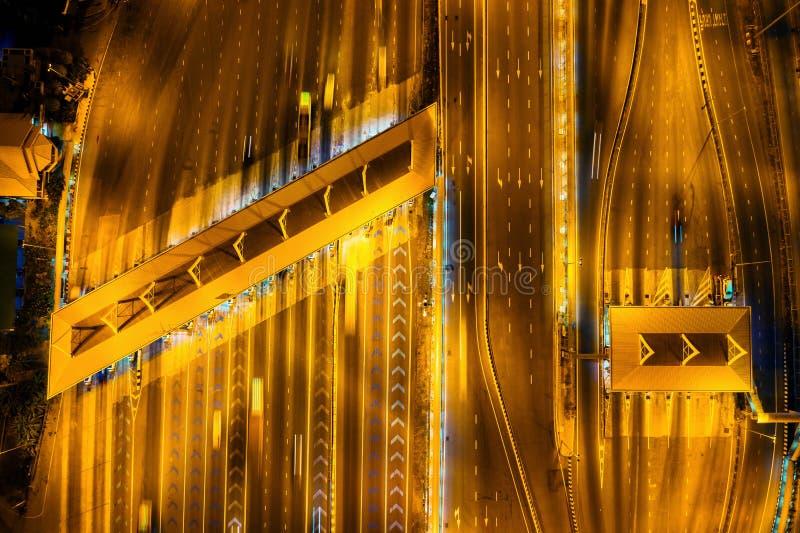 高速公路tollgate鸟瞰图在晚上 免版税库存照片