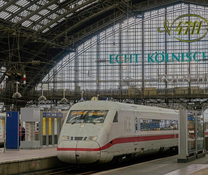 高速城市间的火车在著名科隆火车站坐 免版税库存图片