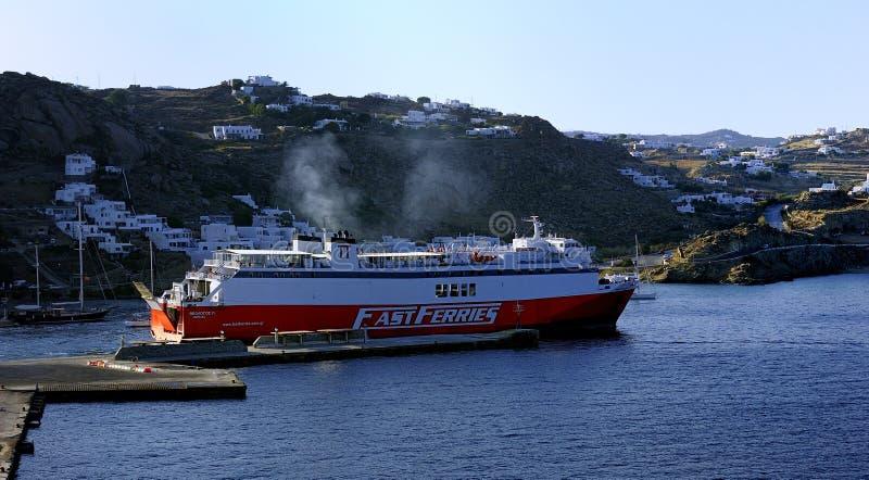 高速渡轮安德罗斯设置风帆 免版税库存图片