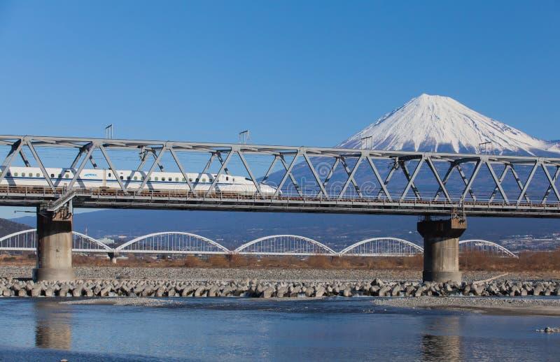 高速火车东海道Shinkansen有山富士看法  库存图片