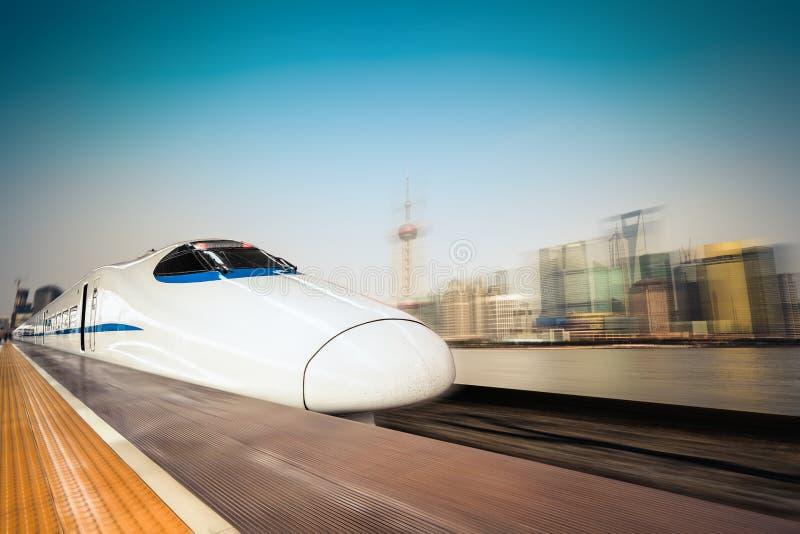 高速火车和现代都市背景 免版税库存照片