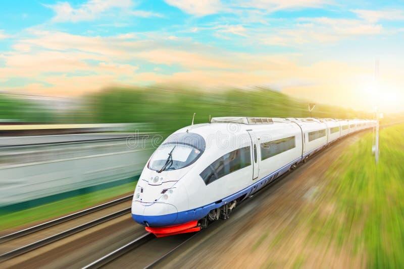 高速火车在行动的乘客机车在日落的火车站与美丽的美丽如画的天空图片