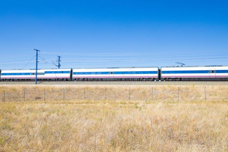 高速火车无盖货车在乡下 免版税库存图片