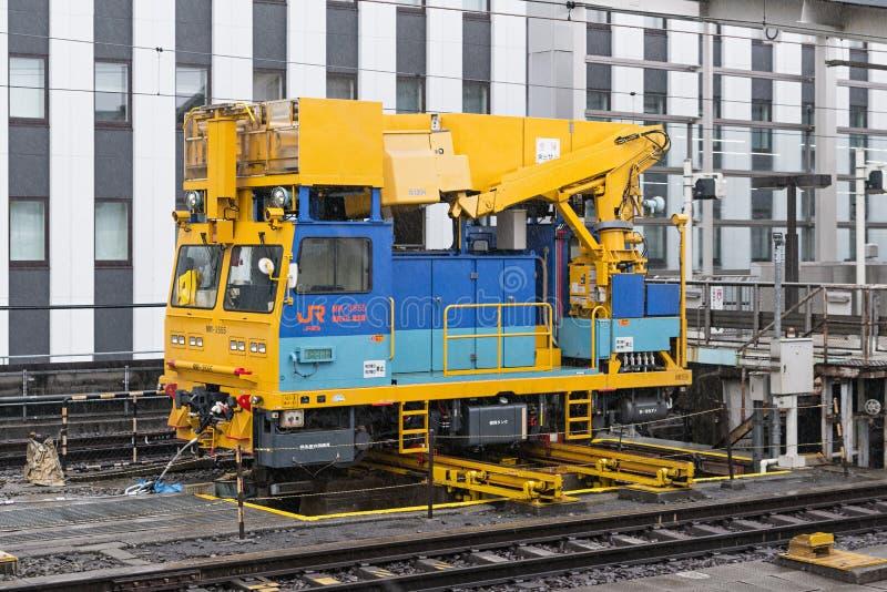 他高速火车)顶上的导线维修服务车 图库摄影
