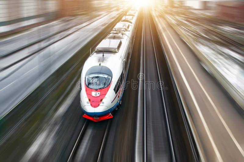 高速火车Sapsan在路线莫斯科St彼得斯堡乘坐 2018年1月 免版税图库摄影