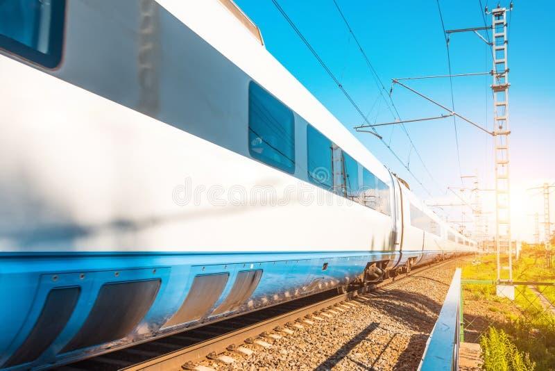 高速电车无盖货车乘客乘坐在火车站在城市 免版税库存图片