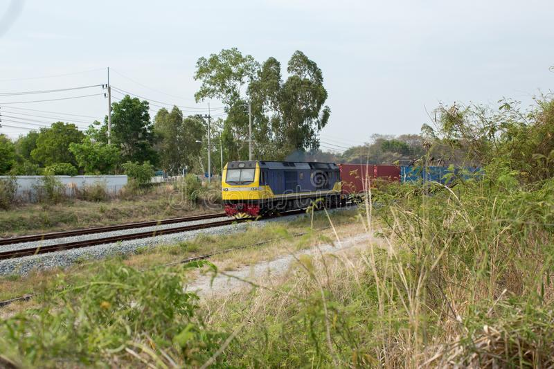 高速电车 货物有货车容器的火车平台在港使用的集中处出口后勤学背景的 免版税图库摄影