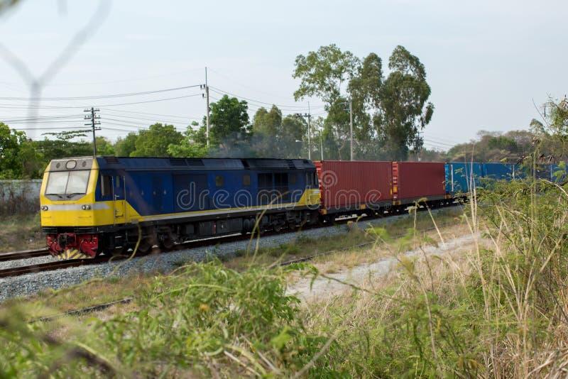 高速电车 货物有货车容器的火车平台在港使用的集中处出口后勤学背景的 免版税库存图片
