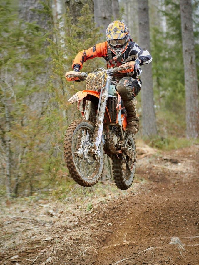 高速跳跃与自行车的摩托车越野赛司机在赛马跑道 库存照片