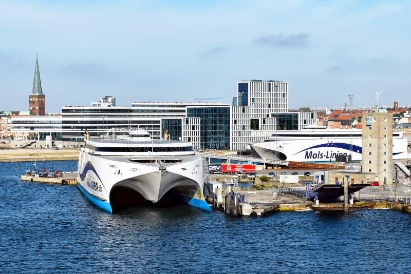 高速轮渡表达1 und表达Molslinjen在奥尔胡斯丹麦港被停泊的2送货公司 免版税图库摄影