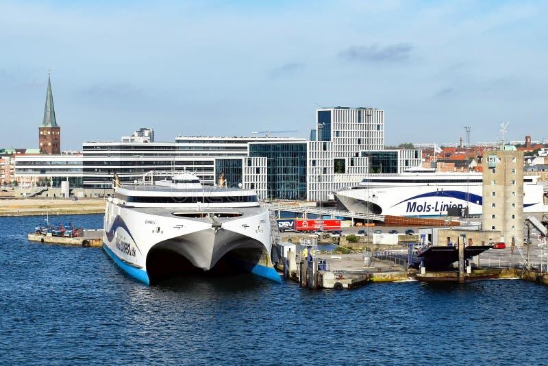 高速轮渡表达1 und表达Molslinjen在奥尔胡斯丹麦港被停泊的2送货公司 库存图片