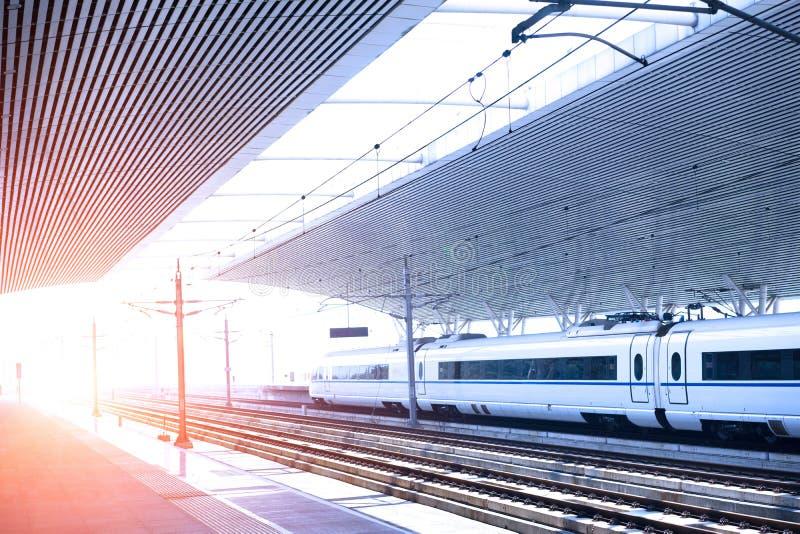 Download 高速铁路平台 库存图片. 图片 包括有 背包, 拱道, 平台, 铁路, 运输, 日落, 布琼布拉, 阳光 - 59110865