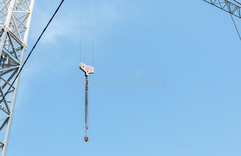 高重型建筑起重机工业勾子有蓝天背景 免版税库存图片