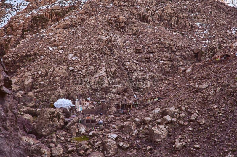 高阿特拉斯山脉山的小农村山村 库存图片