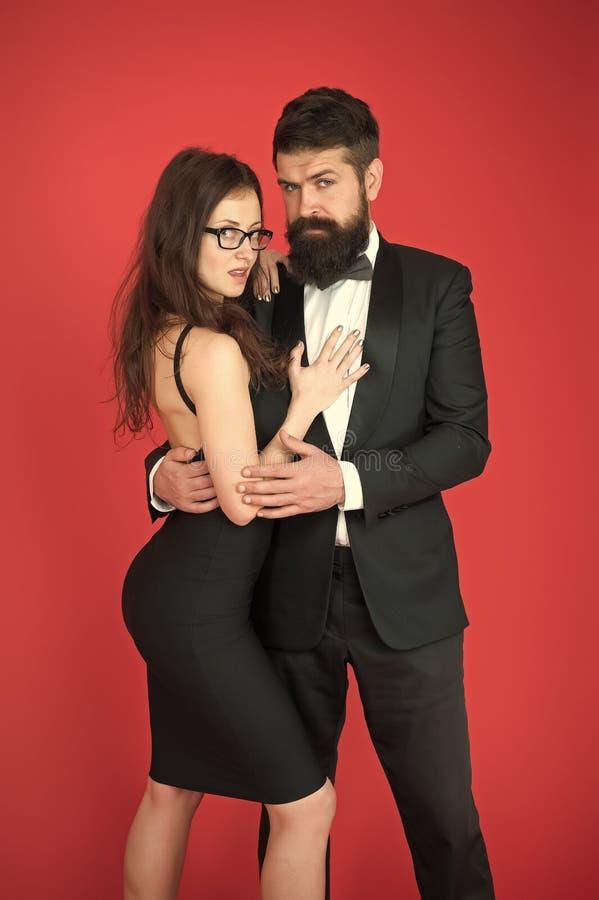 高雅不是关于被注意 有胡子的男服衣服女孩庄重装束 正装代码 参观的事件或 免版税图库摄影