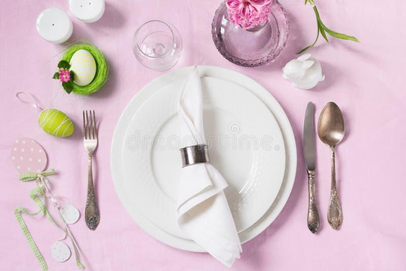 高雅桌设置春天桃红色开花与桃红色亚麻制桌布 复活节浪漫晚餐 顶视图 免版税库存照片