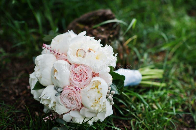 高雅白色和玫瑰色牡丹婚礼花束与婚礼 库存照片