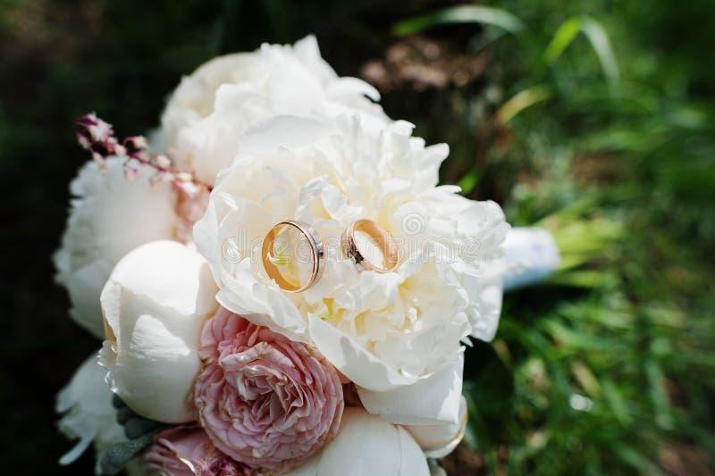 高雅白色和玫瑰色牡丹婚礼花束与婚礼 免版税库存图片