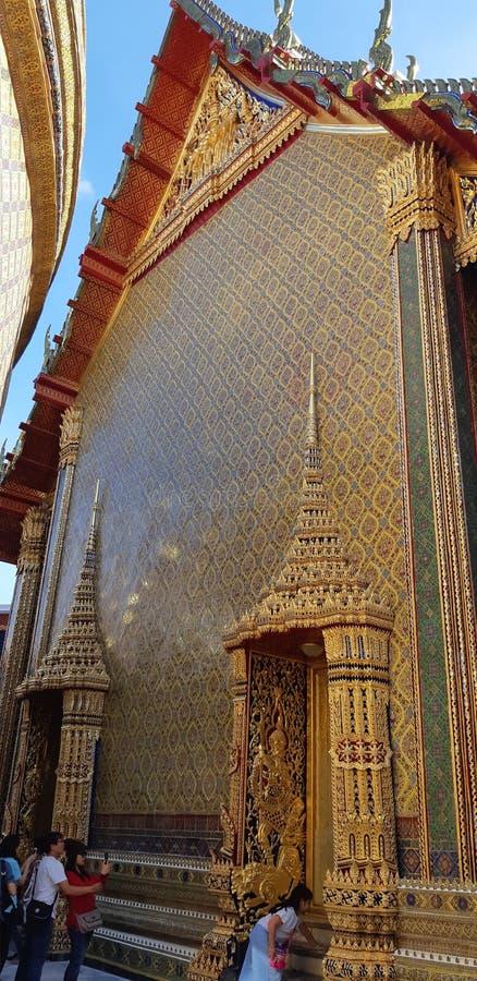 高雅金黄寺庙在Wat Rachaborpit Satitmahasenaram曼谷 库存图片