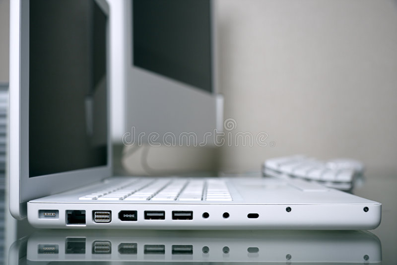 高雅foregro膝上型计算机现代空白工作场 免版税库存图片