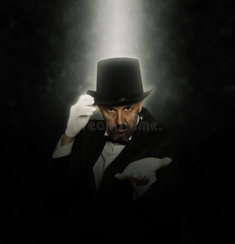 高顶丝质礼帽陈列把戏的魔术师 免版税库存照片