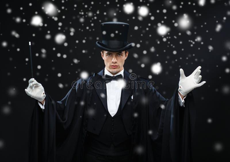 高顶丝质礼帽的魔术师有不可思议的鞭子陈列把戏的 库存照片