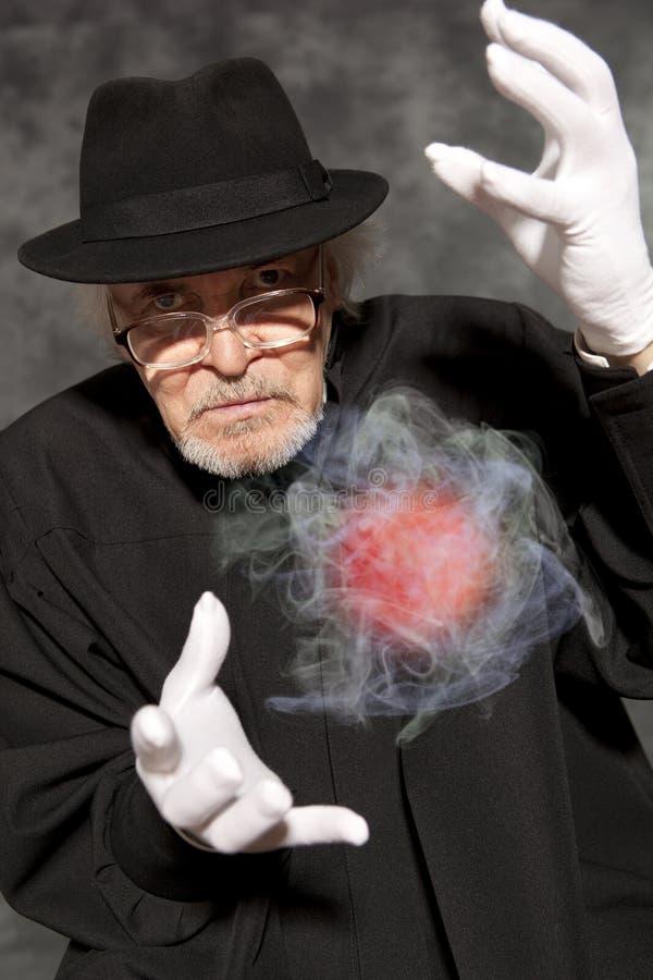 高顶丝质礼帽陈列把戏的魔术师 魔术,表现,马戏 免版税图库摄影