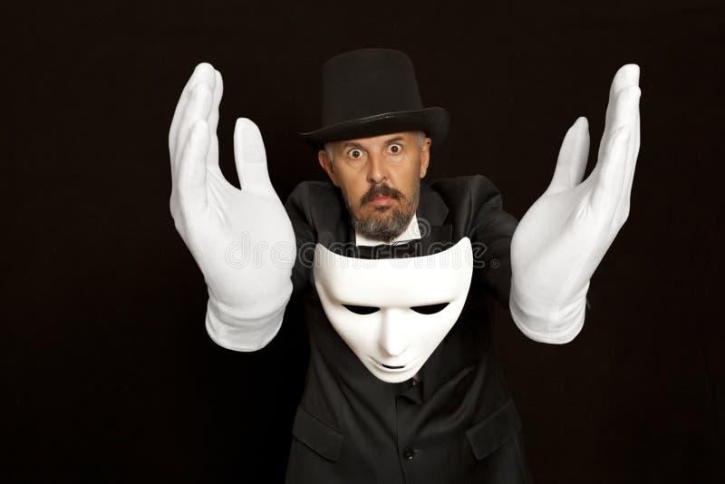 高顶丝质礼帽陈列把戏的魔术师 魔术,表现 免版税库存照片