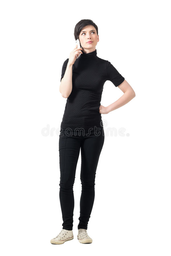 黑高领衫的年轻端庄的妇女谈话在查寻的电话 免版税库存照片