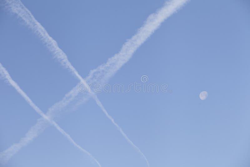 高飞行物和月亮 免版税库存照片