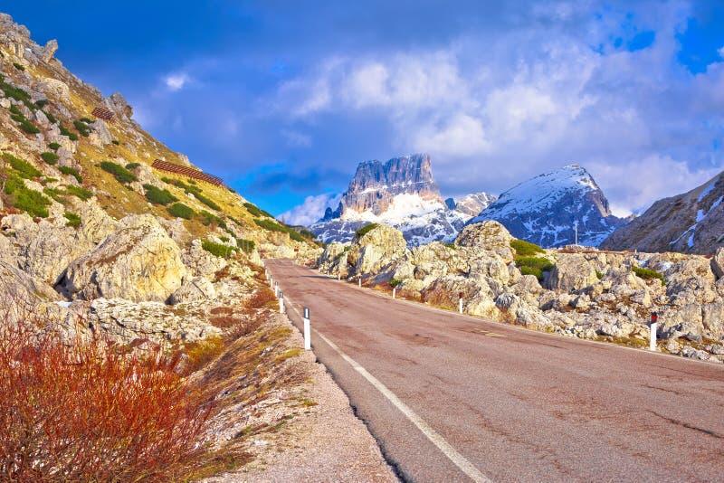 高高山路在Passo Valparola 免版税库存图片