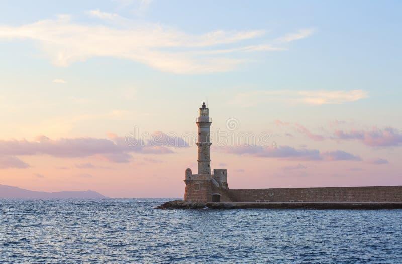高,美丽,古老灯塔由砖做成 奇妙日落点燃天空 旅游手段干尼亚州,Creete海岛希腊 免版税库存照片