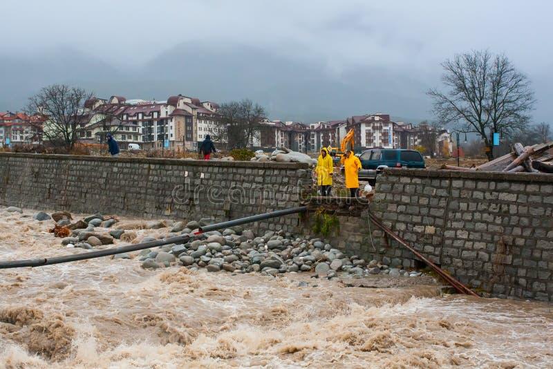 高水流量在桥梁以后大雨和遗骸的Glazne河由水失去了控制 库存图片