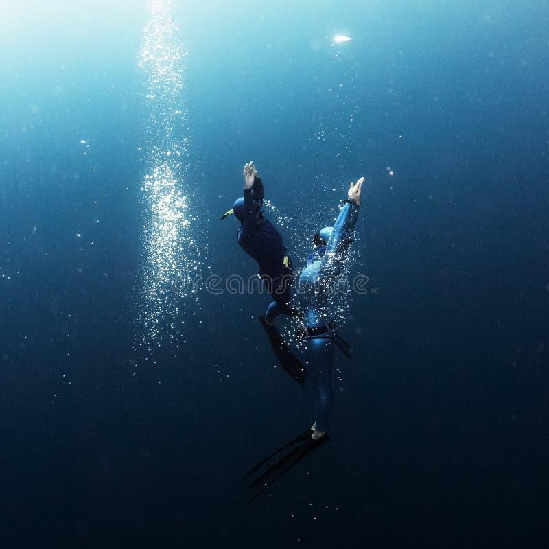 登高从深度的两个自由的潜水者 库存照片