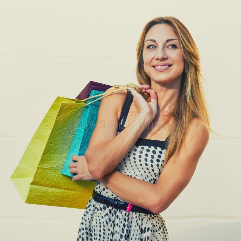 高兴的亭亭玉立的女性顾客 库存图片
