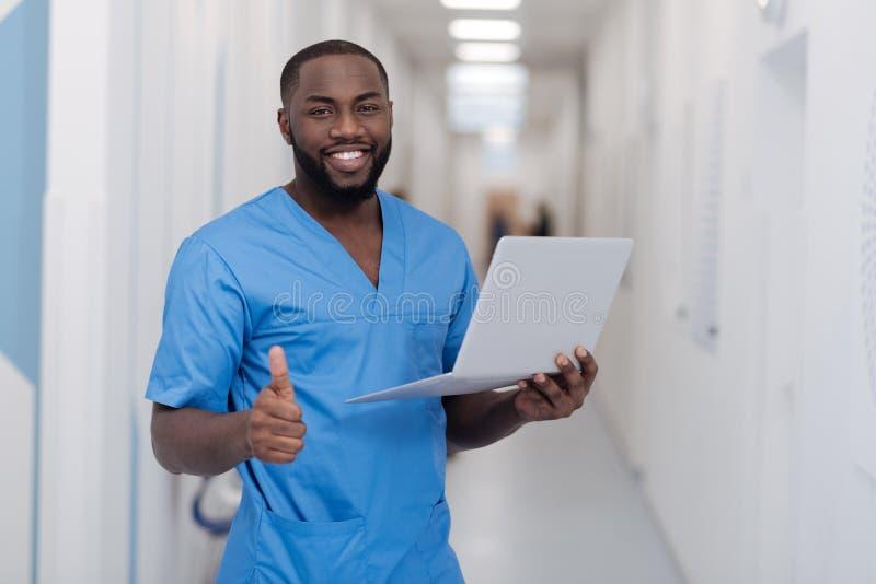 高兴非裔美国人的医生表示高兴用医院 免版税图库摄影