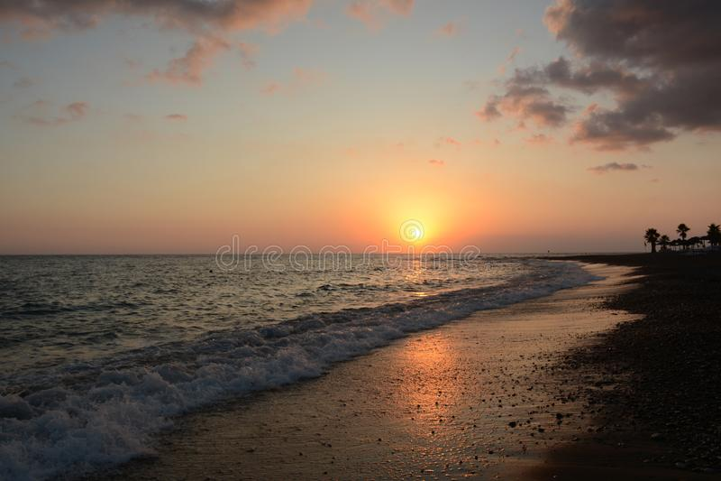 高JPG解决方法海运日落 在黄昏的晴朗的道路 海岸掌上型计算机 免版税库存照片